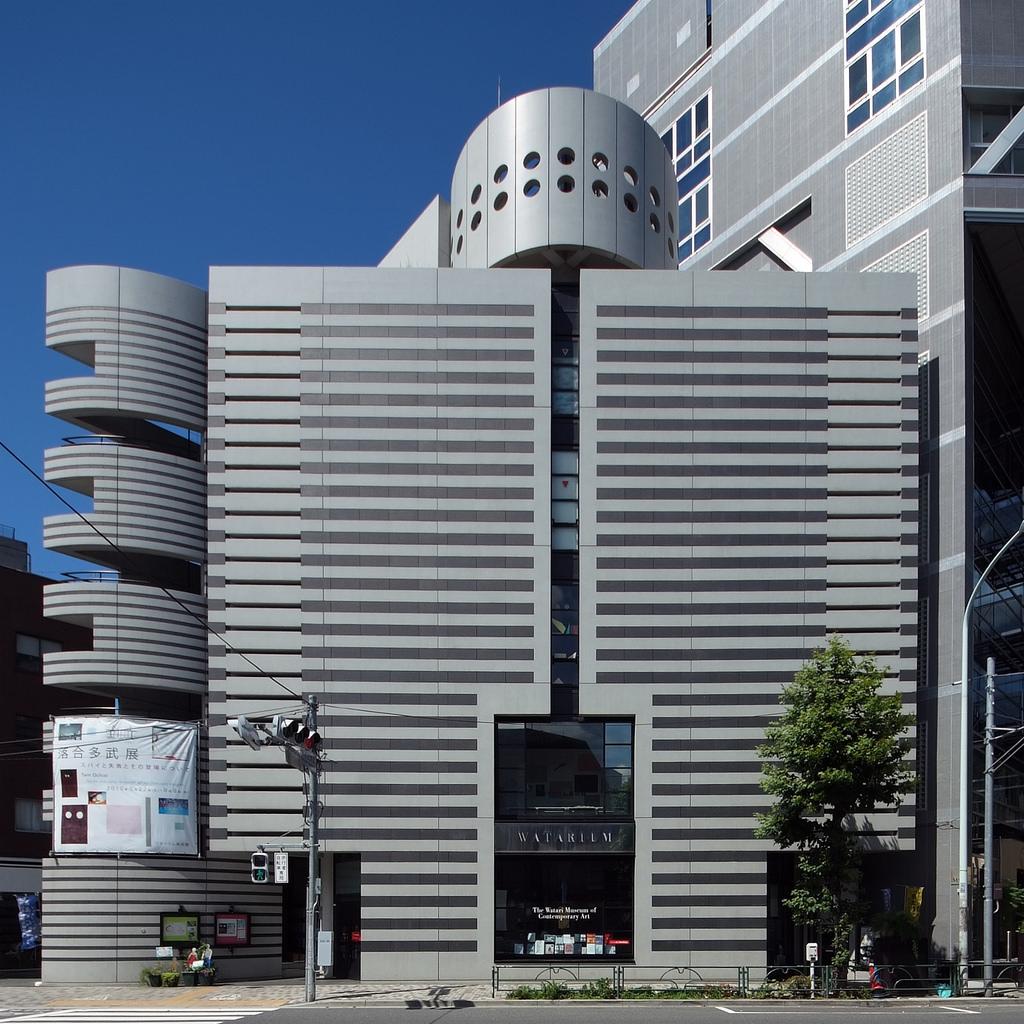 东京武道馆的设计是六角鬼丈参加的一个方案竞赛,由京都政府组织。他们提出了在建筑上表现日本文化的要求。六角鬼丈提出武道不是体育,武道是文化的观点,获得了非常大的好评。由于武道是精神上的修炼,所以通常会与自然发生关?#25285;?#36825;引发了六角鬼丈对?#33014;?#20113;的联想。之所以选择菱形是因为他认为菱形是大自然规律上的最小单位。这种菱形的堆积使得建筑从远看让人联想起自然界的?#33014;?#20113;。由于菱形的堆积,产生了很多的水平天?#25285;?#25152;以排水特别复?#21360;?#35774;计中每处天沟都有两个排水管,这样花费的精力就比普通的平屋面多了3倍以上。 参考: htt