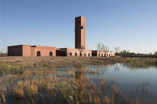 爬上烟囱来看看:湿地中的红砖塔 / 空格建筑