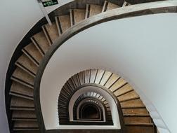 上海老式公寓旋梯:通往旧时光的隧道