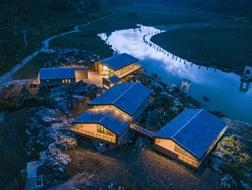 越过山丘:安龙运动公园游客服务中心 / 三文建筑