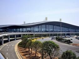 暴雨大风来袭,南昌机场候机楼顶棚坍塌