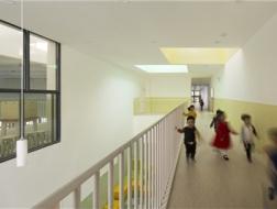 外在规矩,内在思巧:浙江省长兴县回龙山幼儿园 / 集筑建筑工作室