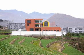 台地游园:雅安市汉源县河西乡中心幼儿园/ 东意建筑