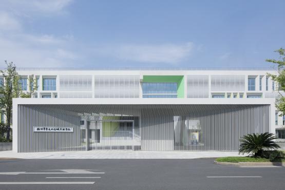 山峰、港湾、越野跑道,给孩子天马行空的认知空间:杭州崇文学校 / MONOARCHI度向建筑