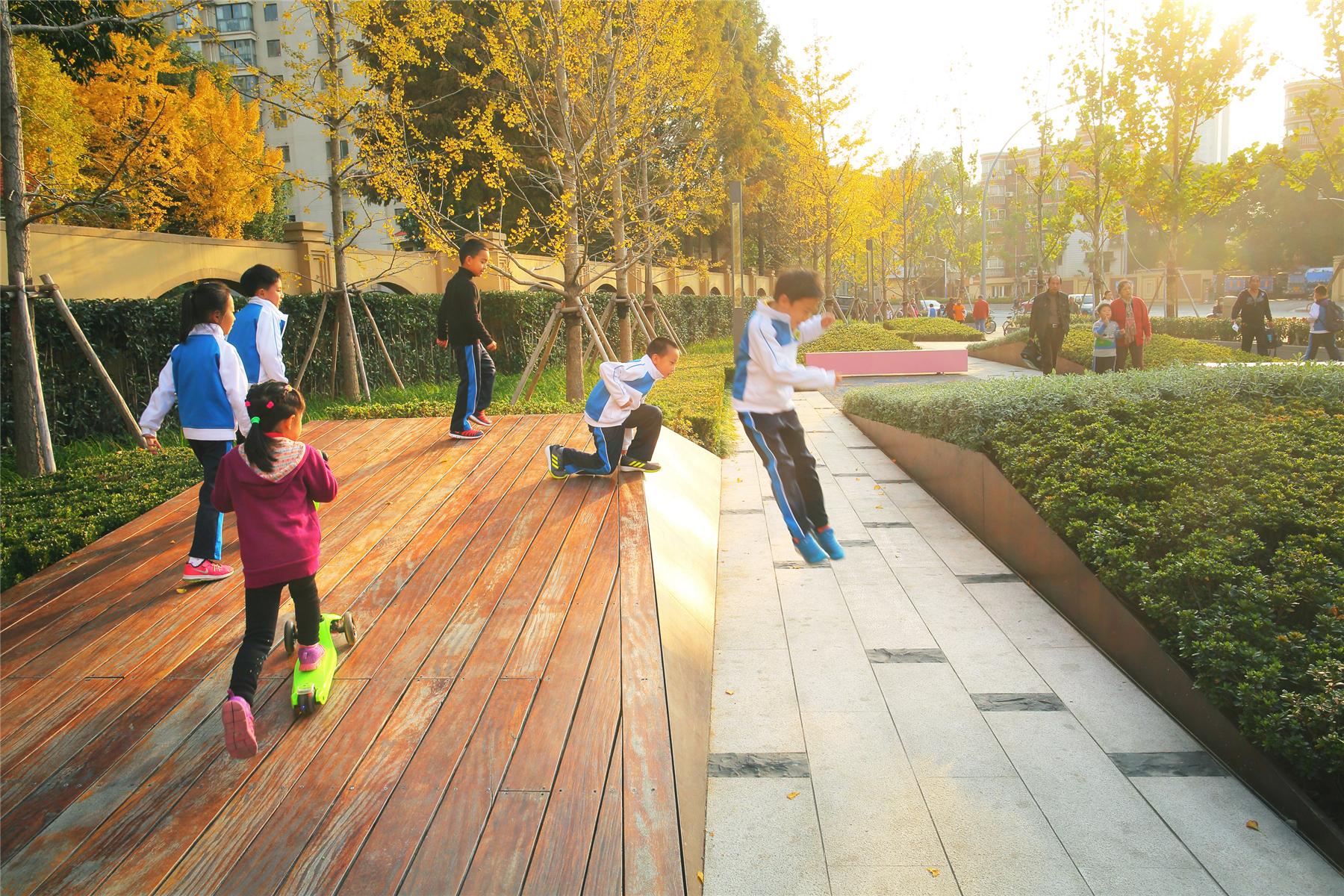 街头绿地_折纸地景:普善路三角绿地更新中的空间趣味 / VIASCAPE、UPADI – 有方