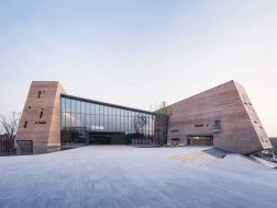 新作 | 拥有全球最高的现代夯土外墙:郑州建业足球小镇游客中心 / 水石设计米川工作室