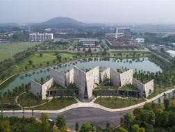 V字形体量向自然开放:河内校园里的会议中心 / VTN Architects