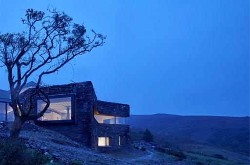 与自然共生:马恩岛山居 / Foster Lomas