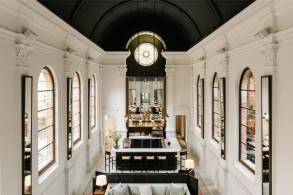 舒适、温暖,伴有神圣感:八月酒店 / Vincent Van Duysen