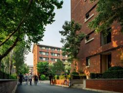 保留红砖绿树的场所记忆:清华大学南区学生宿舍 / 清华大学建筑学院王丽方工作室