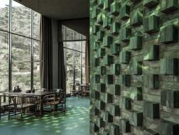 停车场下的茶室:透出绿宝石光芒的玻璃砖 / 宋玮建筑工作室
