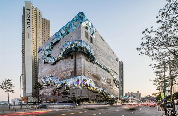 OMA新作:韩国Galleria百货公司大楼,多棱玻璃立面打造公共路线
