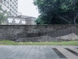 一线之园:成都均隆滨河路围墙改造设计 / 广州微介创意设计有限公司