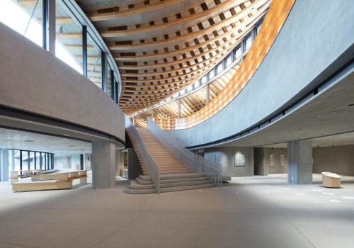 """四片屋顶下的自由空间:天草市综合设施""""KOKORASU"""" / 日建设计"""