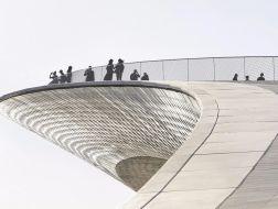 以匍匐的体量连接城市与水滨:里斯本艺术、建筑和科技博物馆 / AL_A
