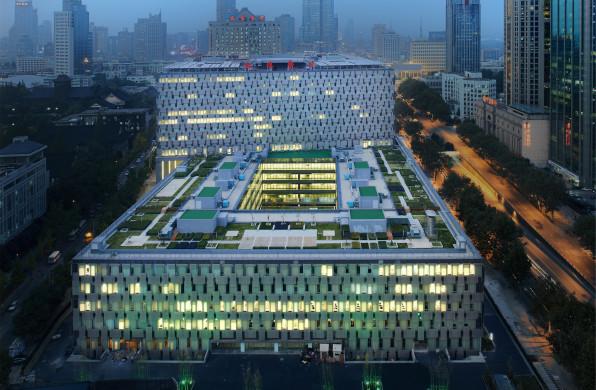 """南京鼓楼医院:闹市中的""""疗养""""花园 / 瑞士瑞盟设计LemanarcSA"""