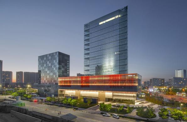 北京首开万科中心:钝角三角形为平面的塔楼 / 柯路建筑