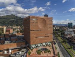 波哥大圣达菲医院扩建工程:薄膜般的砖墙立面 / El Equipo Mazzanti