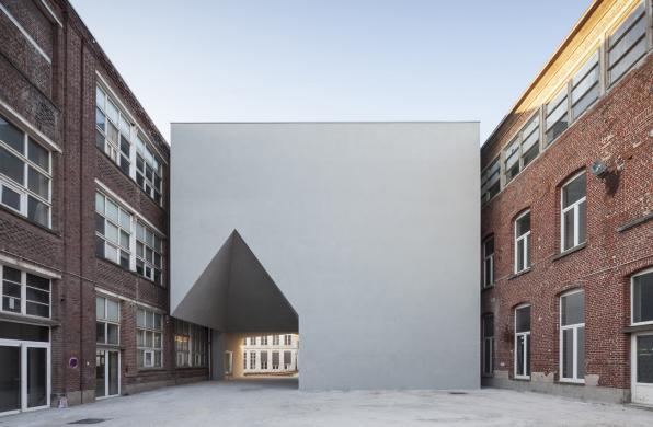 图尔奈建筑学院:掏空一角的白立方 / Aires Mateus