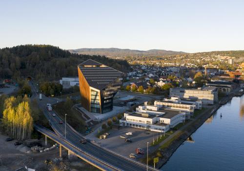 "Snøhetta新作:挪威Telemark发电站,低能耗的多面""巨石"""