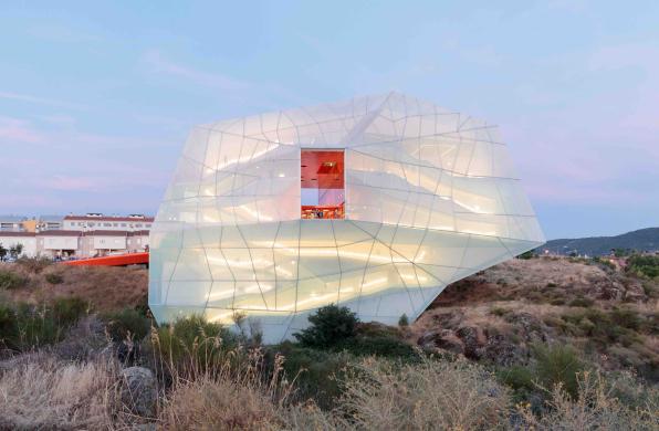 """普拉森西亚礼堂与会议中心:白色""""灯笼"""" / selgascano"""