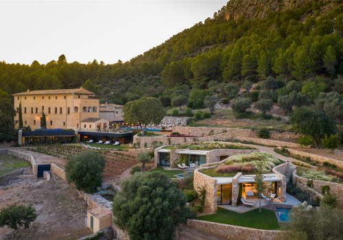 桑布鲁尔水疗酒店扩建改造工程:梯田上的石头房 / Estudio Carme Pinós