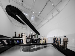 "V&A""源于自然的时尚""展览空间:写意园林 / Studio 10"