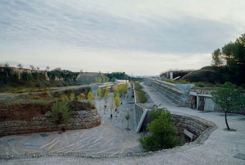 经典再读114   伊瓜拉达墓园:生命的长河