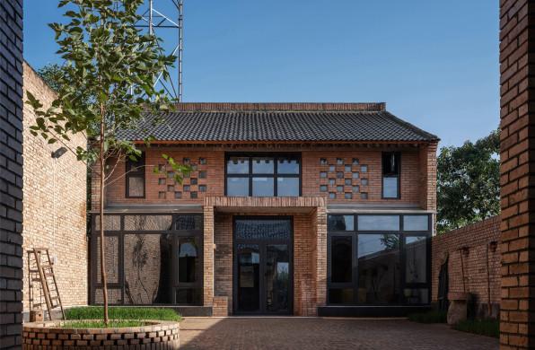 关中砖瓦房的新范式:咸阳·莪子村红砖房 / 西安建筑科技大学设计研究总院